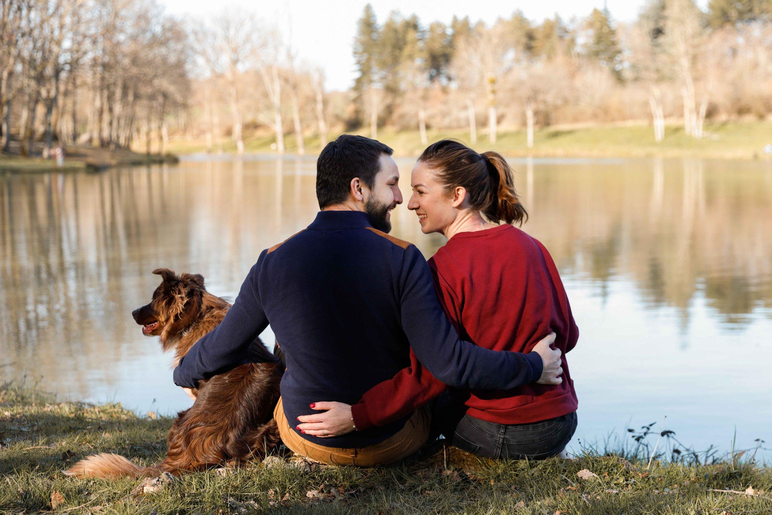 photo de couples au bord de l'eau