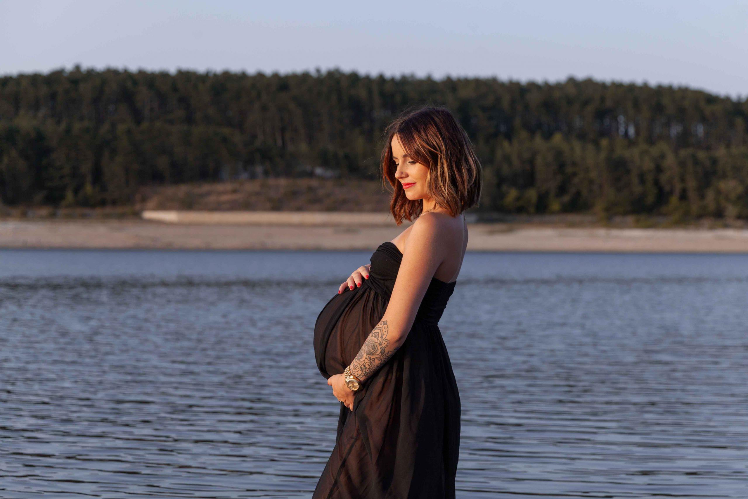photo femme enceinte au bord de l'eau