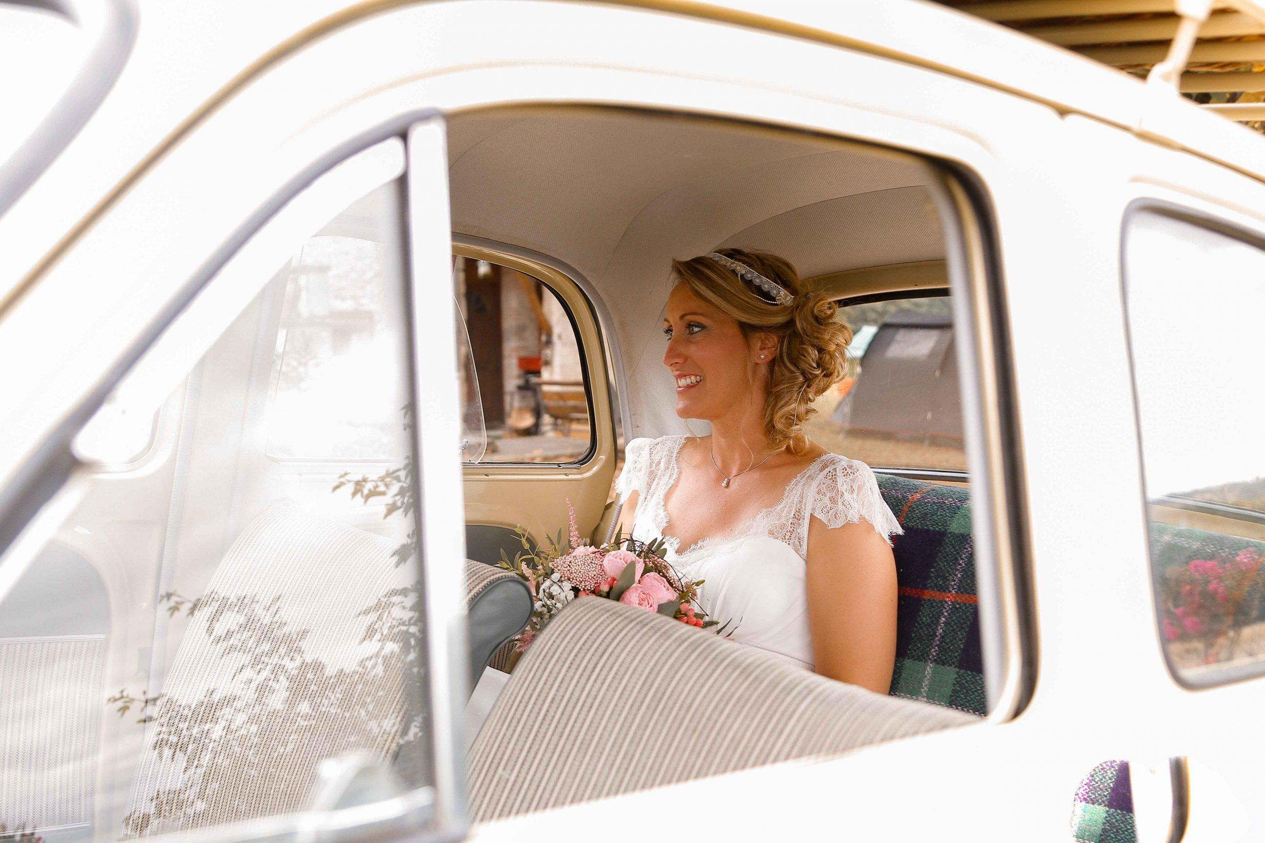 photo mariée dans sa voiture