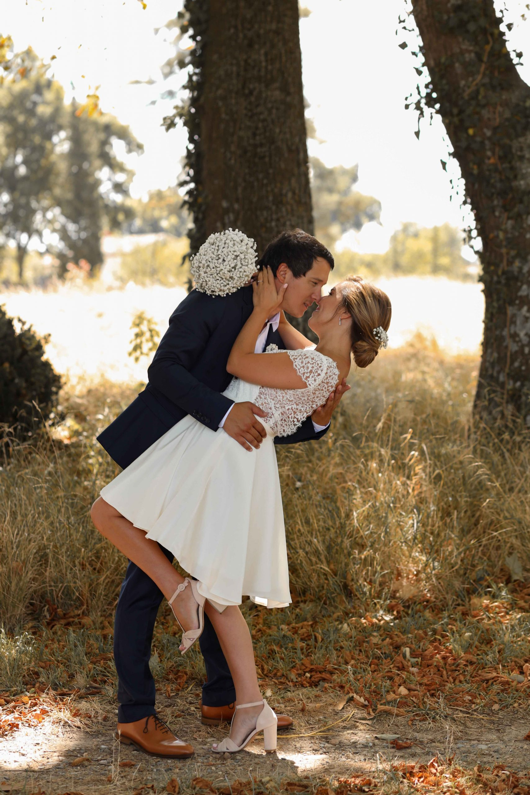 "photographe couple mariés s""embrassent"
