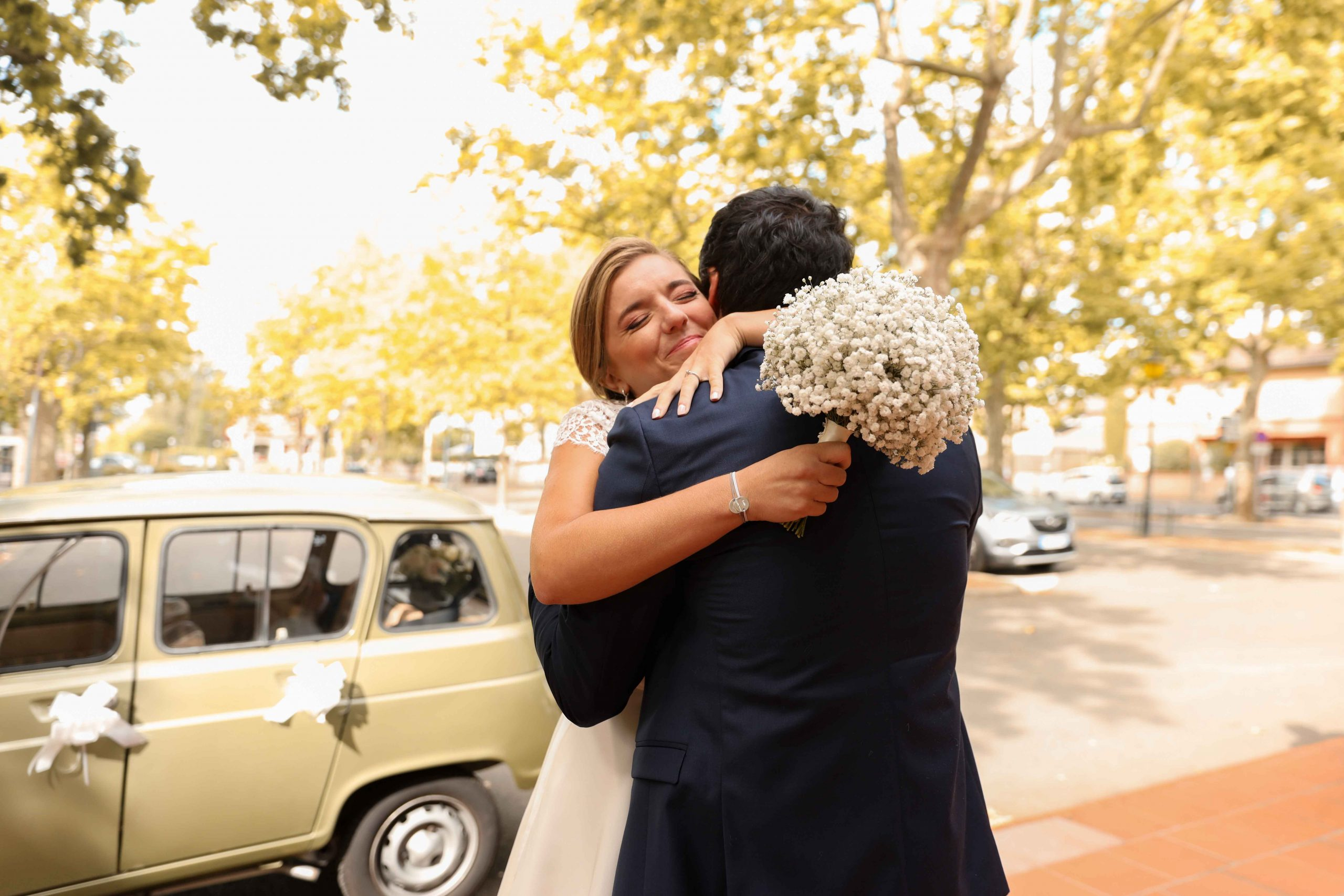 photographe mariage couple qui s'enlace