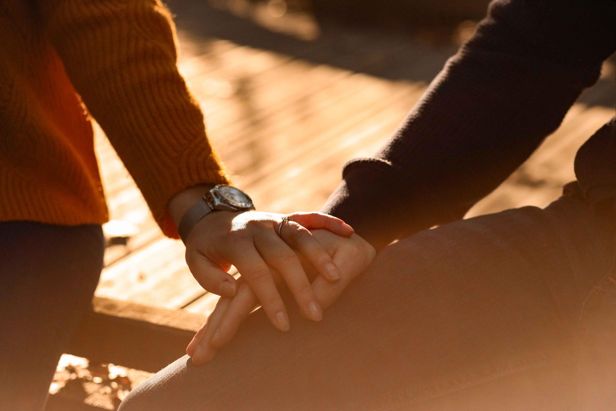 photographe mariage engagement mains alliance