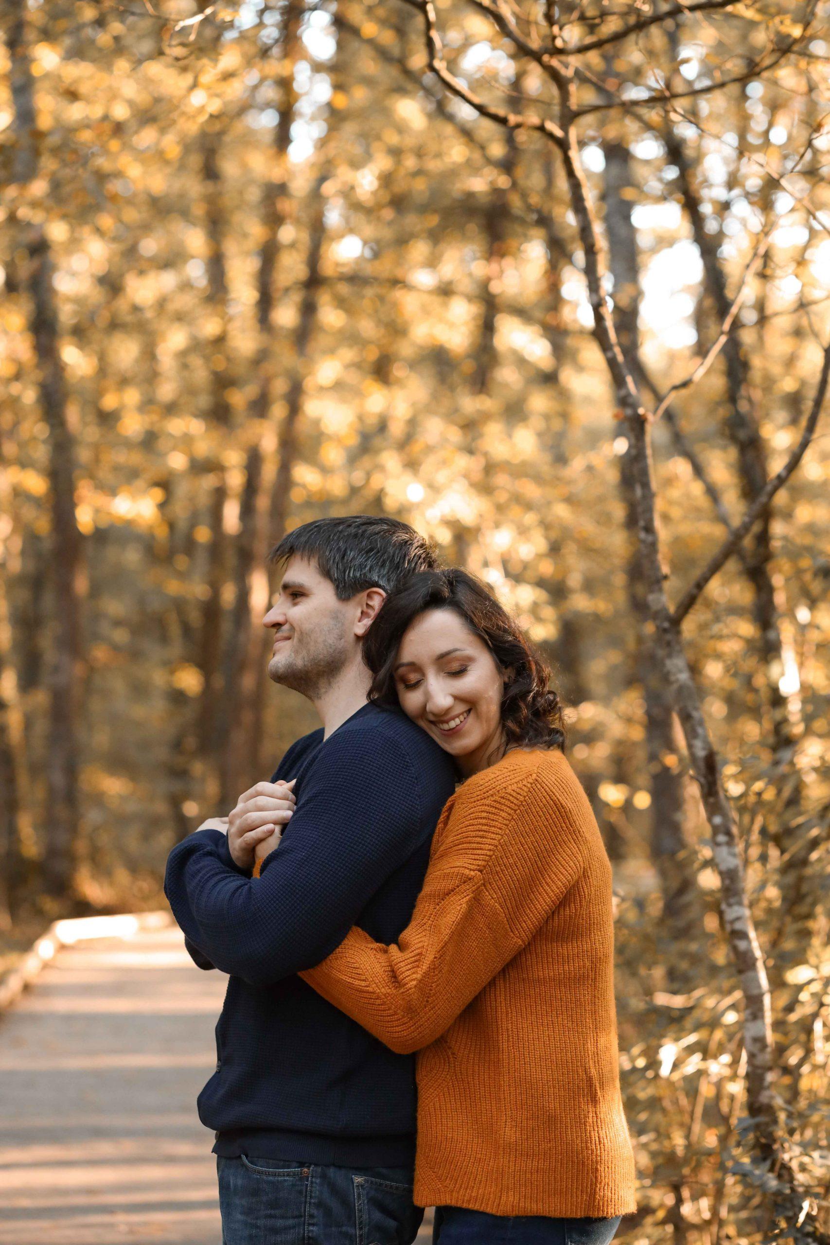 photos engagement couple dans les bois