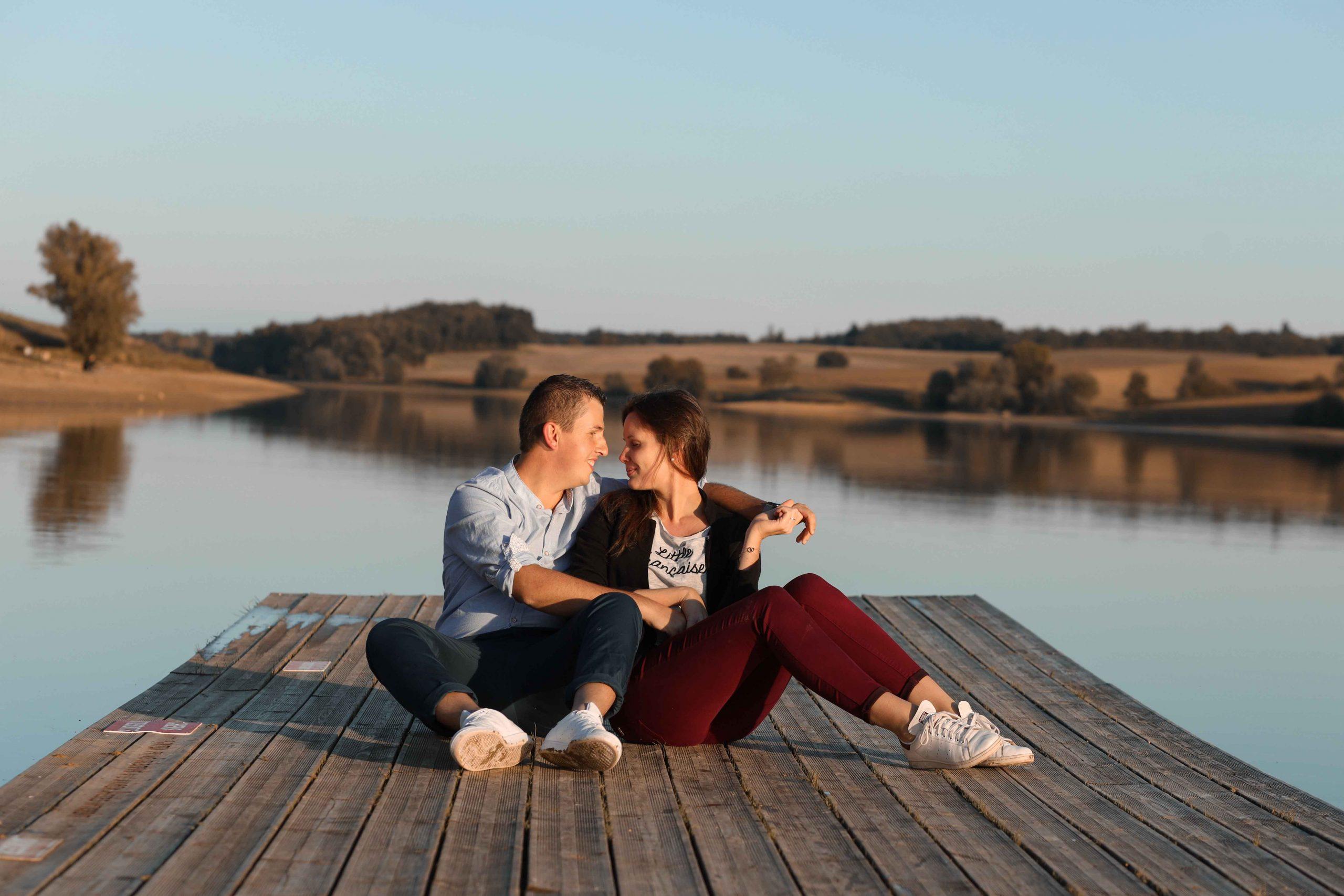 seance engagement couple sur un ponton