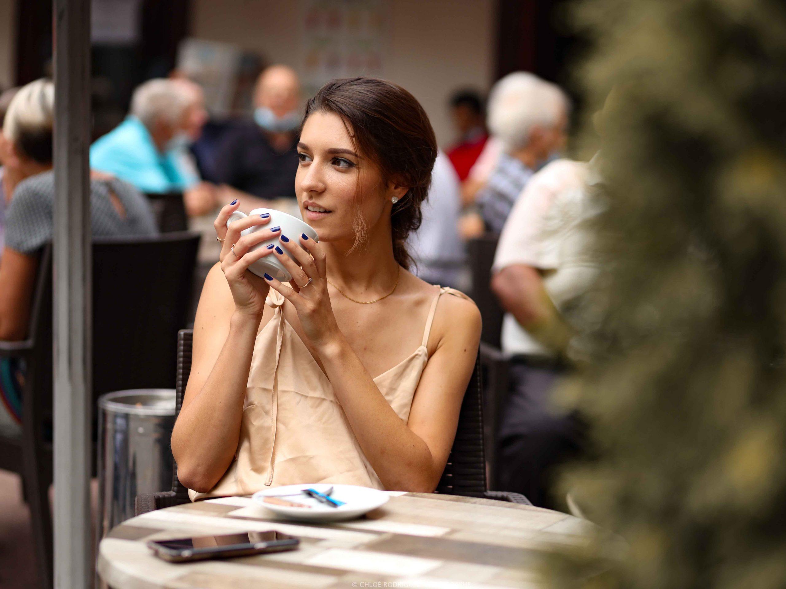 shooting portrait photo femme à un café